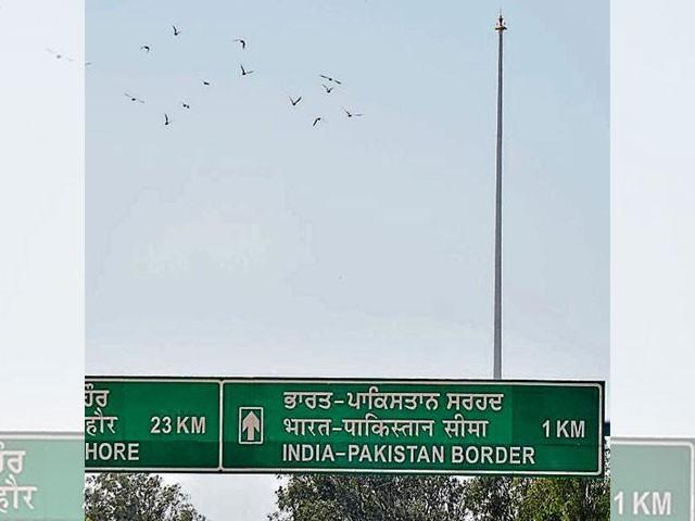 جھنڈا 3 بار پھٹ چکا، امکان ہے کہ 15 اگست کو بھی اٹاری میں بھارتی جھنڈا نہیں لہرائے گا— فوٹو : ہندوستان ٹائمز