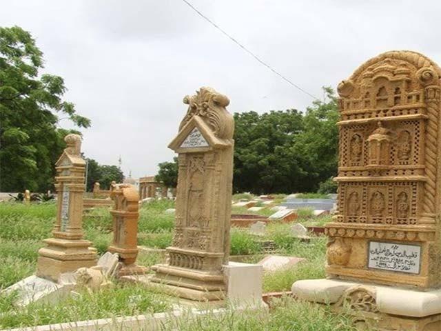 قبرستان میں ایسی لاتعداد قبریں موجود ہیں جن پر راجھستان جیسل میل کے محلات، تاج محل اور شہر کراچی کی دیگر تاریخی عمارتوں کے کتبے نصب ہیں۔ فوٹو: بلاگر