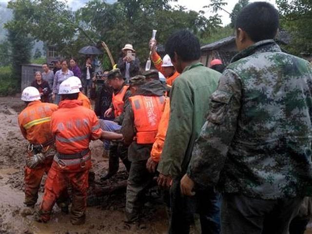 ریسکیو اہلکاروں نے ملبے تلے دبے افراد کو نکالنے کے لیے آپریشن شروع کردیا ہے،فوٹو:اے ایف پی