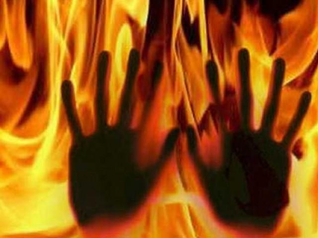 درندہ صفت جاگیردار نے معمولی بات پر پٹرول چھڑک کر ملازمہ کو آگ لگادی۔ فوٹو: فائل