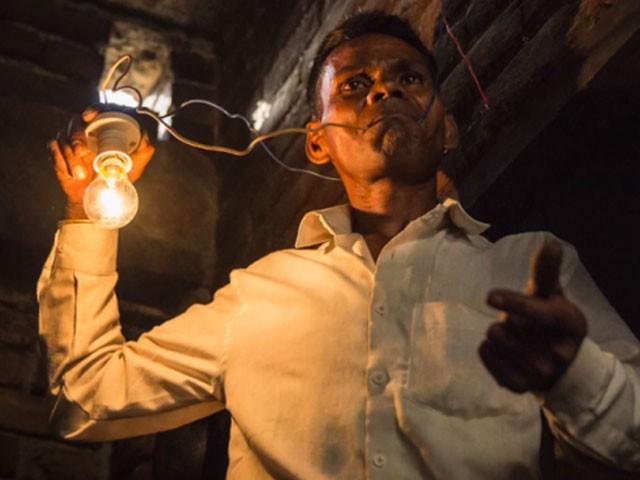 نریش کمار کو جب بھوک لگتی ہے تو وہ ننگی تاروں کو پکڑ لیتا ہے اور اس کی بھوک ختم ہوجاتی ہے— فوٹو : کور ایشیا پریس