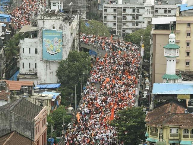 بھارت: ممبئی میں مراٹھا برادری کی احتجاجی ریلی میں لاکھوں افراد شریک ہیں ۔  فوٹو : اے ایف پی