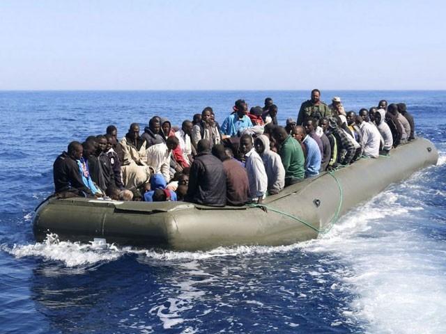 اسمگلرز نے گرفتاری سے بچنے کے لیے 180 تارکین وطن سے پانی مین چھلانگ لگوادی۔ فوٹو: فائل