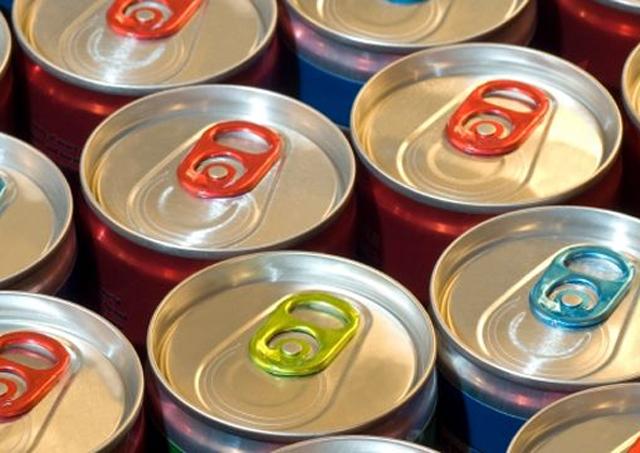 ایک نئی تحقیق سے معلوم ہوا ہے کہ انرجی ڈرنکس کا استعمال نوجوانوں کو نشے کی جانب راغب کرسکتا ہے۔ فوٹو: فائل