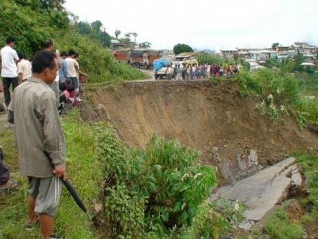 لینڈسلائیڈنگ کے نتیجے میں منڈی سے پٹھان کوٹ جانے والی اہم شاہراہ کا 200 میٹر حصہ بھی منہدم ہوگیا۔ فوٹو: فائل