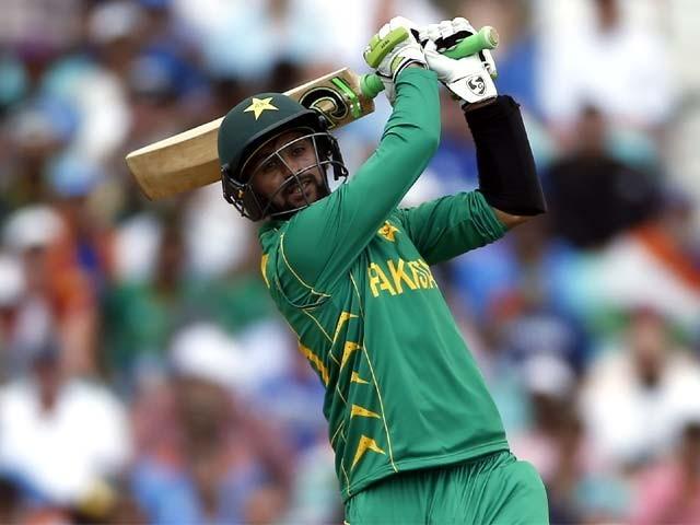 شعیب ملک یہ اعزاز حاصل کرنے والے پہلے پاکستانی اور ایشیائی کرکٹر ہیں۔ فوٹو: اے ایف پی