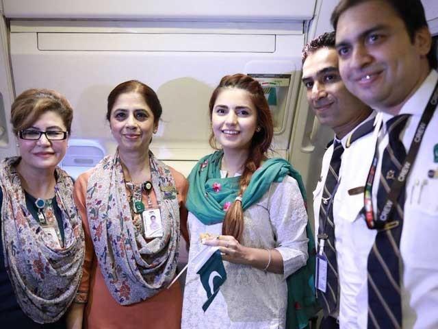 مومنہ مستحسن نے مشہور ملی نغمہ ''دل دل پاکستان''گاکر مسافروں کے دل جیت لیے؛فوٹوٹویٹر