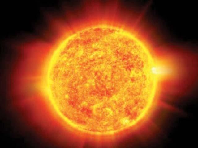 شاید آپ کے لیے یہ بات حیران کن ہو کہ سورج دیکھنے میں تو آگ سے بنا ہوا ہے مگر یہ وہ آگ نہیں جو ہم زمین پر دیکھتے ہیں۔ فوٹو : فائل