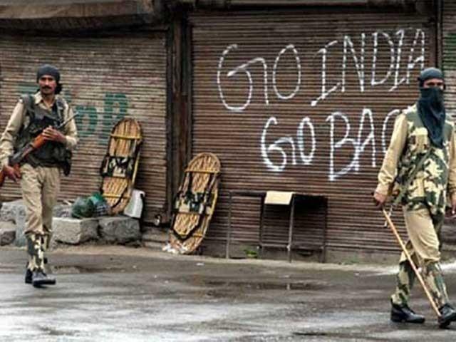 بھارتی حکومت نے سری نگر سمیت پوری وادی کو سیکیورٹی کے نام پر سیل کردیا۔ فوٹو: فائل
