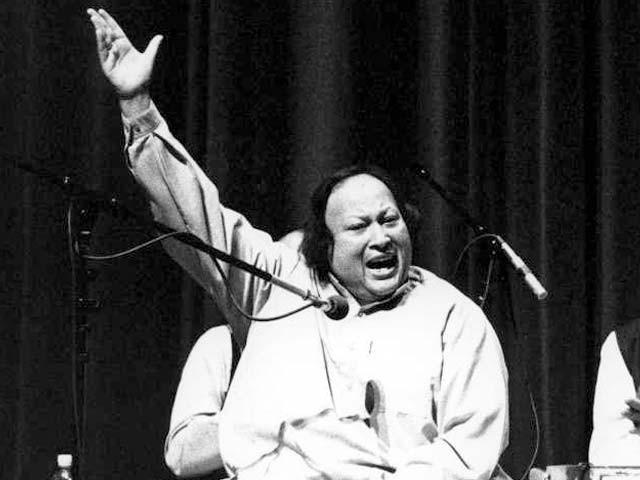 نصرف فتح علی خان کا کمال یہ تھا کہ وہ موسیقی ترتیب دینے سے لے کر گائیکی تک تمام رموز سے آگاہ تھے۔ اسی لیے دنیا نے اُن کے فن کو ہاتھوں ہاتھ لیا۔ فوٹو: فائل