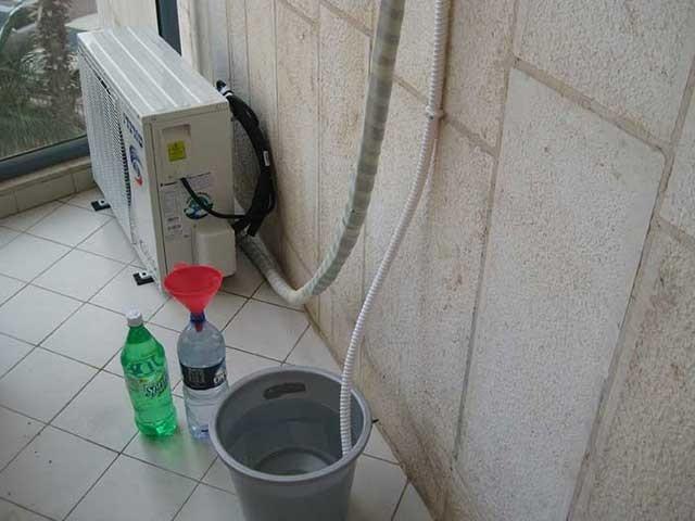ایئرکنڈیشنر سے نکلنے والے پانی کو بے کار سمجھ کر پھینکنے والے بھی اس سے فائدہ اٹھا سکتے ہیں۔ فوٹو: فائل