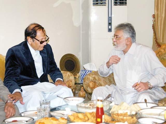 پرویزمشروف سے کوئی رابطہ نہیں، ملک کے حالات ٹھیک نہیں، سربراہ ق لیگ، کراچی میں غوث علی شاہ سے بھی رہائش گاہ پر ملاقات کی؛فوٹوفائل