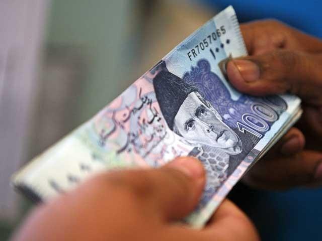 پاکستان پچھلے سال کے اختتام تک 175 ارب ڈالر یعنی 18,440 ارب 63 کروڑ روپے کا مقروض ہوچکا تھا۔ (فوٹو: فائل)
