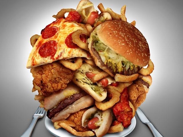 پیزا اور برگر میں غزائیت کم اور کیلوریز بہت زیادہ ہوتی ہیں، محققین۔ فوٹو : فائل
