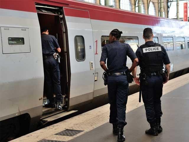 پولیس نے ریلوے اسٹیشن کا محاصرہ کر کے حملہ آوروں کی تلاش شروع کر دی ہے۔ فوٹو: فائل