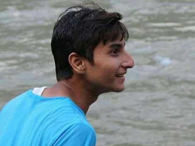 دوستوں نے موبائل فون اور 15 ہزار روپے دینے کی شرط پر علی ابرار کو دریا عبور کرنے پر اکسایا۔ فوٹو: سوشل میڈیا