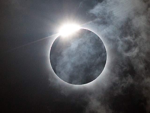 سورج گرہن 2 منٹ 40 سیکنڈ تک برقرار رہے گا۔ فوٹو: فائل