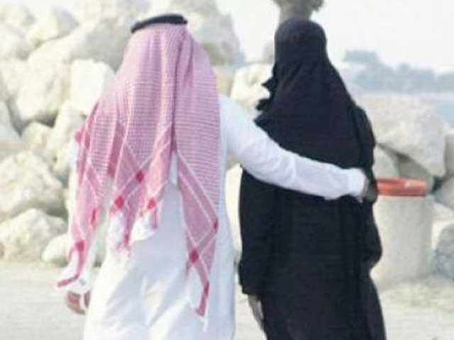 کئی بار سمجھانے کے باوجود راستے میں آگے چلنے پر شوہر نے بیوی کو طلاق دیدی۔ فوٹو: فائل