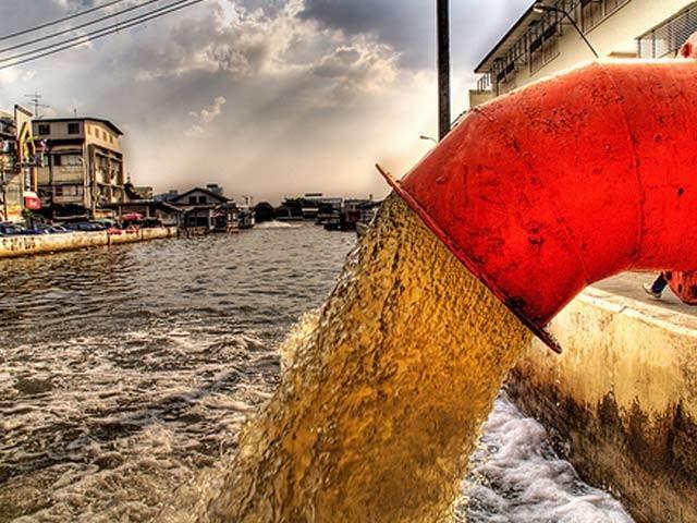 بنگلا دیش میں سزا کے طور پر ایک استانی نے بچوں کو سزا کے طور پر گٹر کا پانی پلادیا ۔ فوٹو: فائل