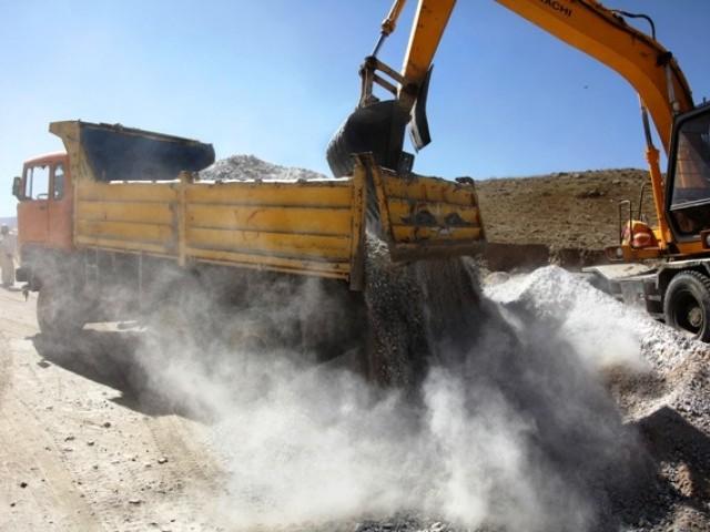 کراچی میں ایک عرصے سے مختلف شاہراہوں، انڈر پاسز اور فلائی اوورز کی تعمیرات اور مرمت کا کام جاری ہے ۔ فوٹو: فائل