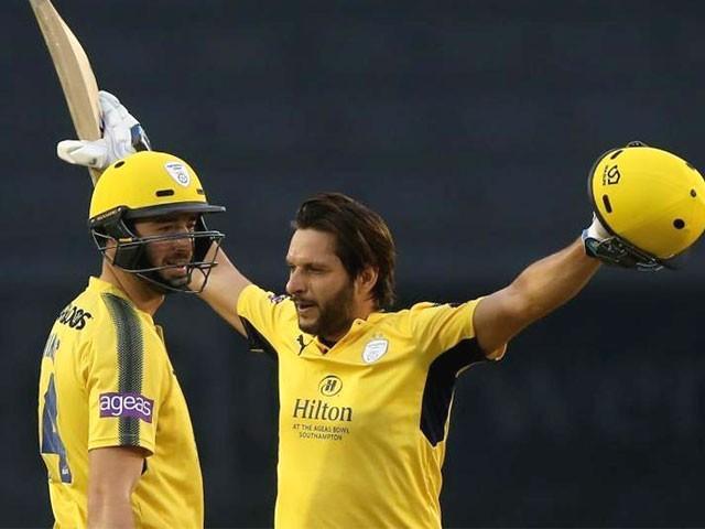 شاہد آفریدی نے بطور اوپنر کھیلتے ہوئے ڈربی شائر کے بولروں کی خوب درگت بنائی۔ فوٹو: ٹوئیٹر