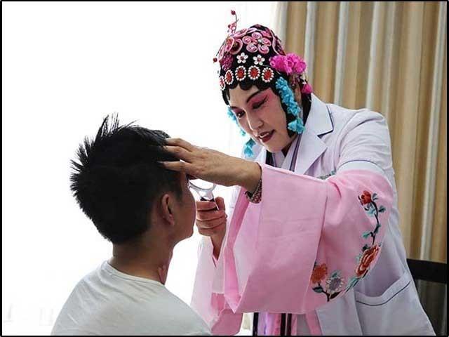 بائی شوفانگ اپنے مریض کا معائنہ کررہی ہیں۔ فوٹو: بائی شوفانگ فیس بک پیج