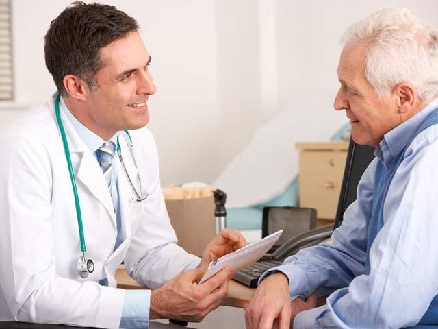 اگر ڈاکٹر اپنے مریض سے اسکے مسائل پر بات کرے تو اس سے مریض پر مثبت اثرات مرتب ہوتے ہیں، ماہرین۔ فوٹو: فائل