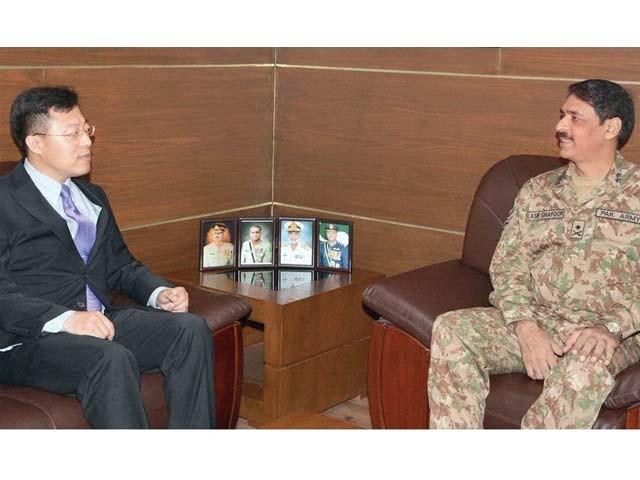 چینی ڈپٹی چیف مشن لی جیان ژاؤڈی جی آئی ایس پی آر میجر جنرل آصف غفور سے ملاقات کررہے ہیں ۔ فوٹو : آن لائن