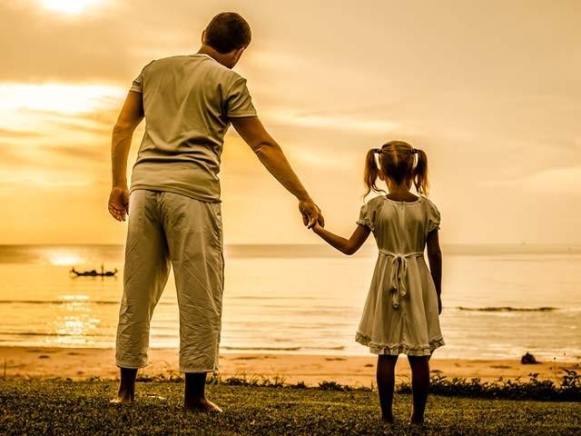 نئی تحقیقات سے ثابت ہوا ہے کہ والد کا کردار بیٹیوں کی زندگی پر غیرمعمولی اثر انداز ہوتا ہے۔ فوٹو: فائل