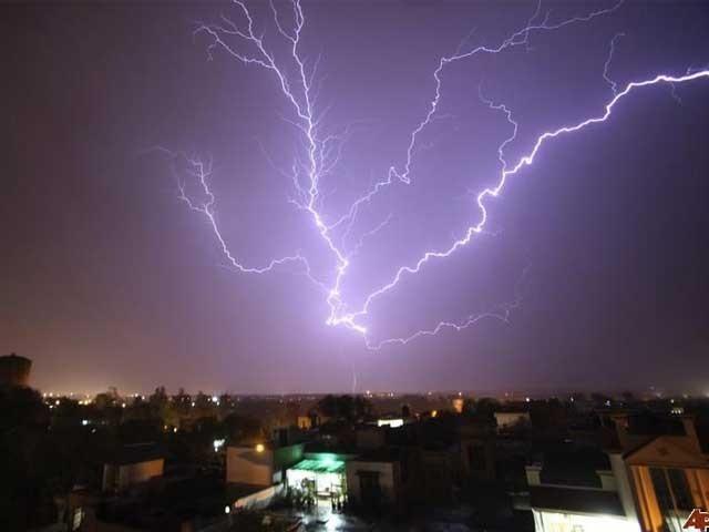 آسمانی بجلی کا ایک کوندا ایک وقت میں کئی لاکھ بلبوں کو روشن کرسکتا ہے۔ فوٹو: فائل