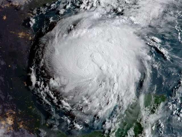 اس بھیانک طوفان کے دیوقامت بازؤوں میں ہوا کی گردشی رفتار 210 کلومیٹر فی گھنٹہ سے زیادہ ہوچکی ہے۔ (تصویر: نیشنل ویدر سروس)