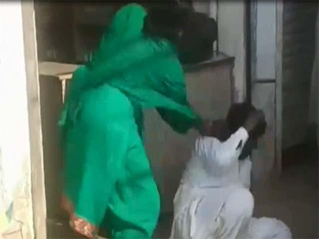 پولیس کے پہنچنے پر پیر نے فرار ہونے کی کوشش کی اور بالائی منزل سے چھلانگ لگادی۔ فوٹو: اسکرین گریب