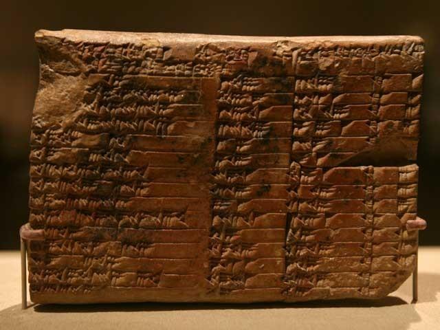 پلمپٹن 322 نامی یہ چھوٹی سی لوح 3700 سال قدیم ہے جس پر نقوش و نگار واضح طور پر قائمۃ الزاویہ مثلثوں کو ظاہر کرتے ہیں۔ (فوٹو: فائل)