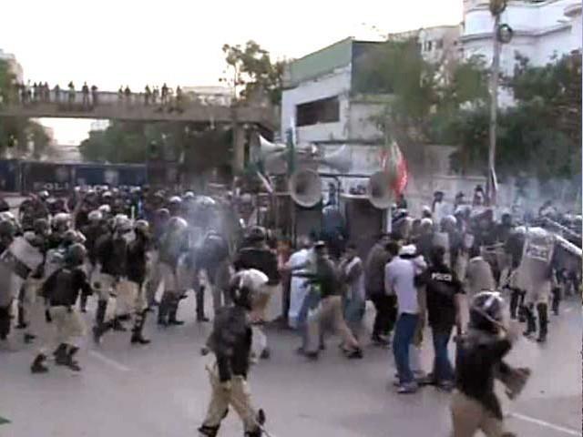 نمائش چورنگی پر مظاہرین اور پولیس کے درمیان تصادم کے نتیجے میں متعدد افراد زخمی بھی ہوئے، فوٹو: اسکرین گریب