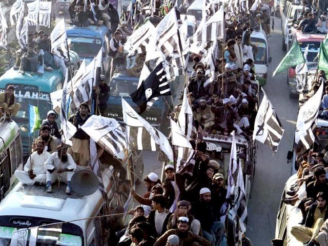 حکومت ڈومور کے بجائے نو مور کی پالیسی اپنائے، مطالبات تسلیم ورنہ تاریخی دھرنے دیں گے، جانیں قربان کرنے کو تیار ہیں۔ فوٹو: ایکسپریس