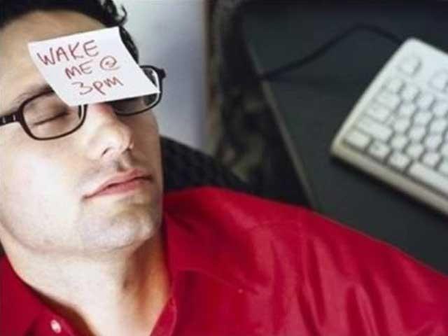 دوپہر میں ہمارا دماغ خود آرام کرنا چاہتا ہے تاکہ کچھ دیر بعد پھر سے چاق و چوبند ہوجائے اور اپنی کارکردگی  بہتر رکھے۔ (فوٹو: فائل)