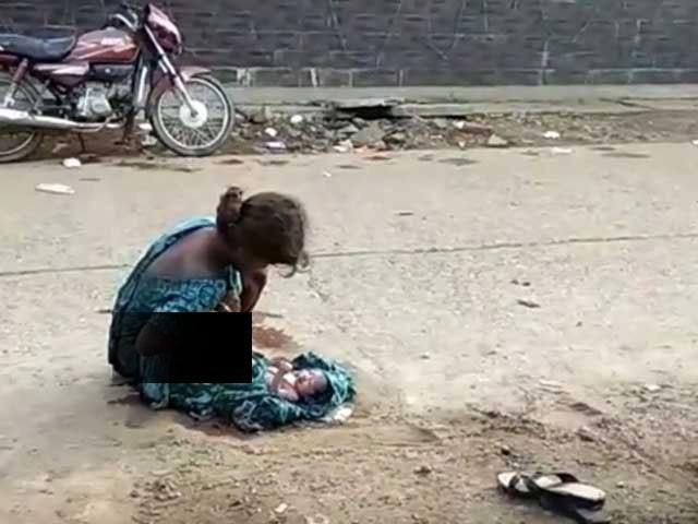 جھاڑکھنڈ میں اسپتال سے محض چند قدم دور درد سے تڑپتی و چیختی چلاتی لڑکی کی کسی نے مدد نہ کی۔ فوٹو: یوٹیوب