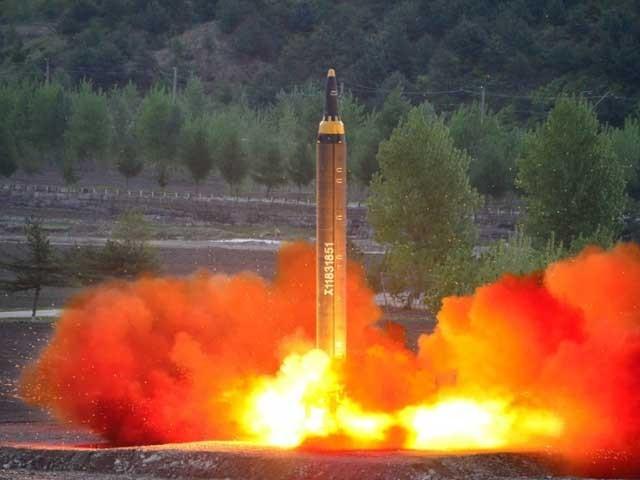تمام پابندیوں اور تنبیہات کے باوجود شمالی کوریا نے اپنے میزائل تجربات کا سلسلہ جاری رکھا ہوا ہے۔ (فوٹو: فائل)