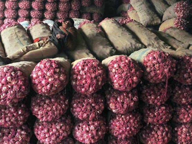درآمد کنندگان کے مطابق پیاز درآمد نہ کی گئی تو بازار میں مقامی پیاز نایاب ہوجائے گی۔ فوٹو: اے ایف پی/ فائل