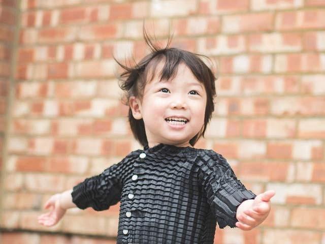 ایک کمپنی نے ایسا لباس بنایا ہے جو 4 سے 36 ماہ تک کے بچوں کے لیے فٹ آتا ہے اور جسامت کے ساتھ پھیلتا رہتا ہے۔ فوٹو: بشکریہ دی نیو اٹلس