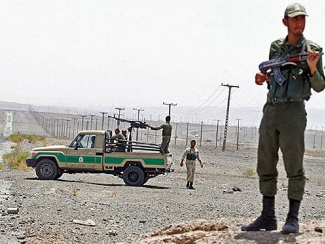 غیر قانونی طور پر مقیم پاکستانی شہریوں کو تفتان بارڈر پر ایف آئی اے حکام کے حوالے کیا گیا ۔ فوٹو : فائل