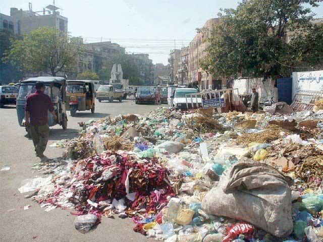 بقرعید گزرنے کے کئی دن بعد بھی کراچی کے بیشتر علاقوں میں آلائشیں سڑرہی ہیں اور ان سے اٹھنے والا تعفن شہریوں کےلیے اذیت کا باعث بنا ہوا ہے۔ (فوٹو: فائل)