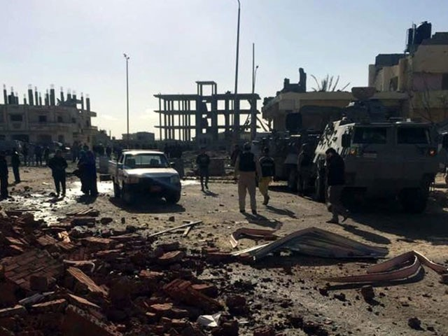 حملے میں پولیس کی تین بکتربند گاڑیاں اور ایک سگنل جیمرز سے لیس گاڑی بھی مکمل طور پر تباہ ہوئی۔ فوٹو: فائل