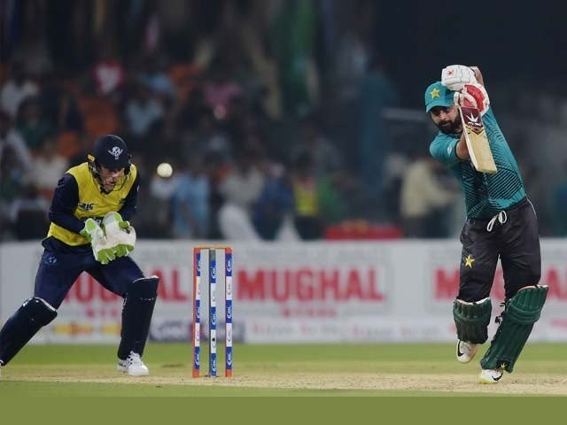 حسن علی کمر کی تکلیف کے باعث نہیں کھیل رہے ۔ فوٹو : فائل