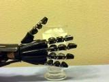 اس کھال سے لیس روبوٹک ہاتھ نے پانی کی گرمی یا ٹھنڈک کا صرف چھو کر پتا چلالیا۔ (فوٹو: یونیورسٹی آف ٹیکساس)