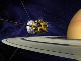 1997 میں زمین سے سیارہ زحل کیجانب بھیجا جانے والا خلائی جہاز کیسینی 20 سالہ مشن کے بعد آخرکار اس سے ٹکراگیا اور اپنے سفر کےدوران اس نے 5 ارب میل کا فاصلہ طے کیا اور چار لاکھ سے زائد تصاویر ہمیں بھیجیں۔ اس تصویر میں کیسنی خلائی جہاز زحل کے قریب دکھائی دے رہا ہے جسے ایک مصور نے بنایا ہے۔ فوٹو: بشکریہ ناسا جیٹ پروپلشن لیبارٹری