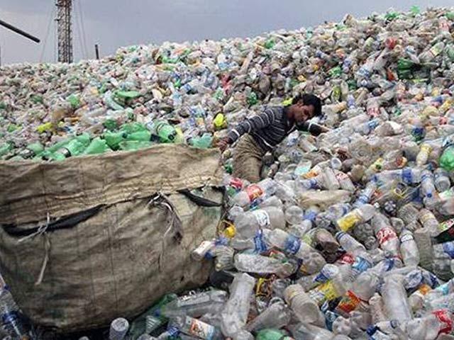 پلاسٹک کی آلودگی اس وقت دنیا بھر کے لیے ایک دردِ سر بنی ہوئی ہے۔ فوٹو: فائل