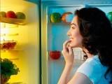 سوتے وقت کھانا نیند میں خلل اور موٹاپے کی وجہ بنتا ہے، ماہرین۔ فوٹو: فائل