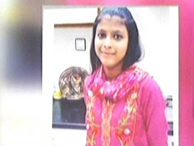 بچی کے چہرے، ہونٹوں اور سینے پر تشدد کے نشانات ہیں، سینئر ایم ایل او ڈاکٹر قرار عباسی. فوٹو: اسکرین گریب