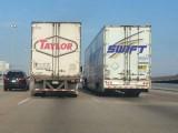 امریکی شاہراہ پر دو ٹرک ایک ساتھ اسطرح آگئے کہ انہوں نے مشہور گلوکارہ ٹیلر سوئفٹ کا نام مکمل کردیا ہے۔ فوٹو: فائل
